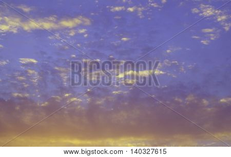 Atardecer con nubes en la puesta del sol