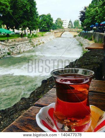 Makedoyanin Gostivar şehrinde bir restorantın bahcesınden bir kare