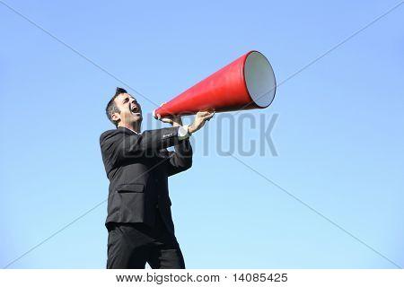 Zakenman schreeuwen via een megafoon