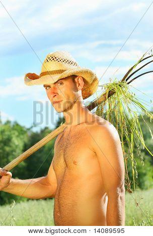 Jovem que trabalha nos campos