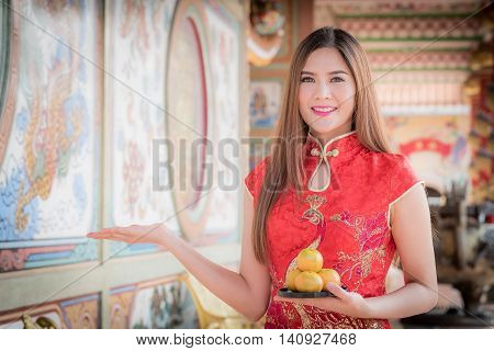 The Asian Chinese Woman In Traditional Chinese Holding Orange Pay Respect