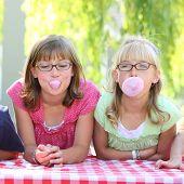 Постер, плакат: Две девочки выдувание пузырей