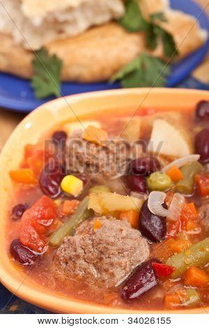 Fleischknödelsuppe mit Gemüse und rote Kidneybohnen