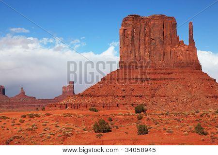 Los famosos acantilados mitones en Monument Valley. Reserva Navajo en el desierto rojo de Estados Unidos