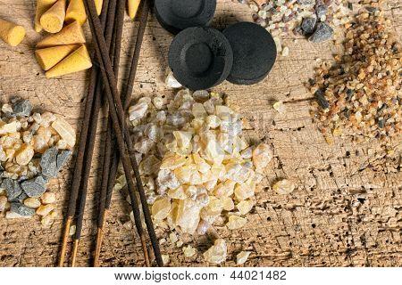 Kohle und Weihrauch in Granula, Reisig und Zapfen