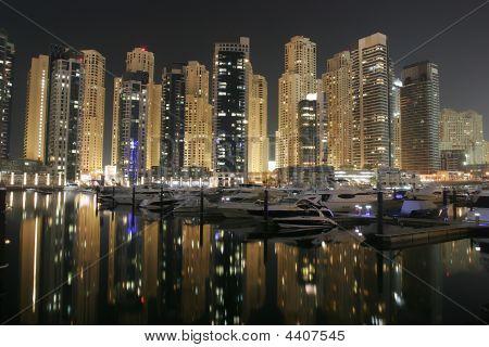 Dubai Marina por noche