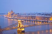 foto of hungarian  - parliament building and chain bridge at night, Budapest,  Hungary