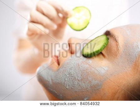 Relax in the beauty parlor, cucumber mask