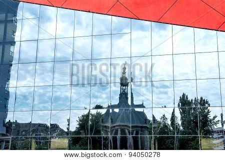 Spiegelung Der Nieuwe Kerk Am Spuiplein, Den Haag