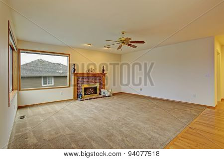 Cpzy Unfurnished Living Room With Carpet.