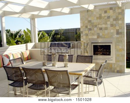 Contemporary Outdoor Entertaining