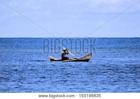 Pescatore su piroga su oceano in Madagascar