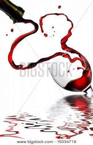 Herz aus Gießen Rot Wein im Becher, isolated on white