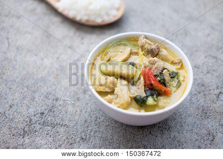 Thai food green curry pork in white bowl.(Kaeng Khiao Wan Moo)