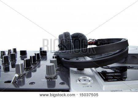 DJ-Mixer mit Kopfhörer, isoliert auf weiss