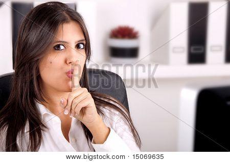 Mulher de negócios dizem Shh segredo