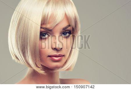 Model girl blonde with short hair caret.