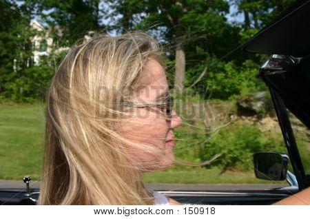 Profil von junge Blonde Dame antiken Cabrio Auto fahren