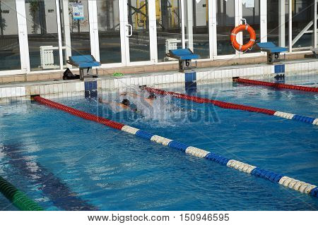 Heat of children on one path in the swimming pool