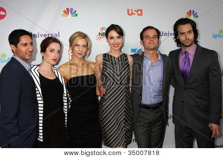 LOS ANGELES - AUG 1:  Whitney Cummings and the cast of her show