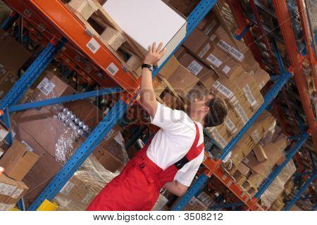 Arbeitnehmer in einem Lagerraum