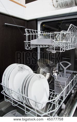 Dishwasher With White Plates