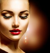 Beauty Woman with perfekte Make-up. Schöne professionellen Feiertag Make-up. Rote Lippen Beauty Girl Fac
