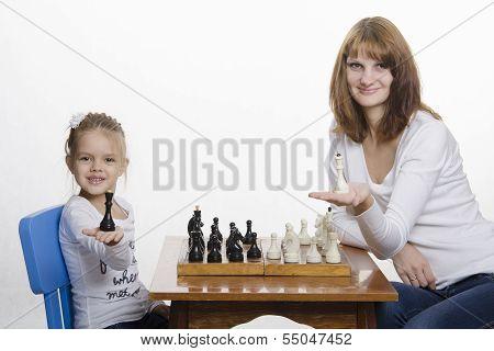 Mutter und Tochter setzen auf dem Palm Queens, spielt Schach