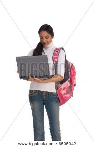 Étnico indio universitario con Laptop Pc