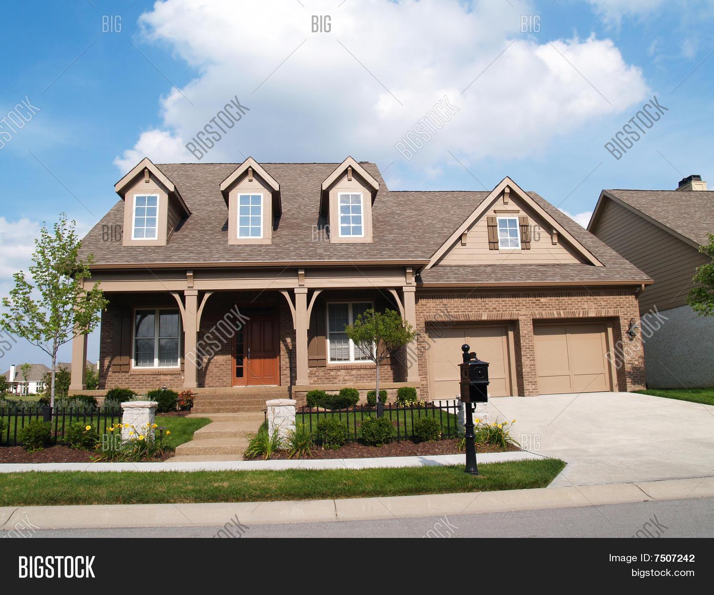 Casa de ladrillo peque o dos pisos con garaje y porche for Porche pequeno