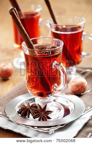 Mulled wine with cinnamon sticks and gingerbread cookies