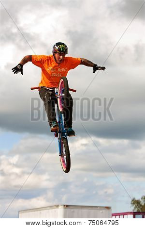 Man Performs Hands Free BMX Stunt At State Fair