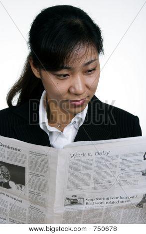 Asia empresaria leyendo