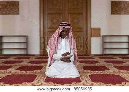 Arab Saudi Emirates Man Using A Smart Touchpad