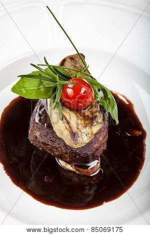 Grilled fillet steak served with tomatoes