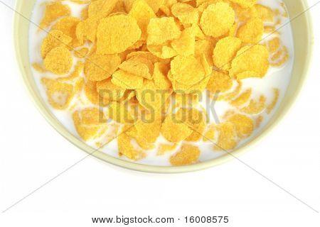 copos de maíz y leche en un tazón sobre blanco
