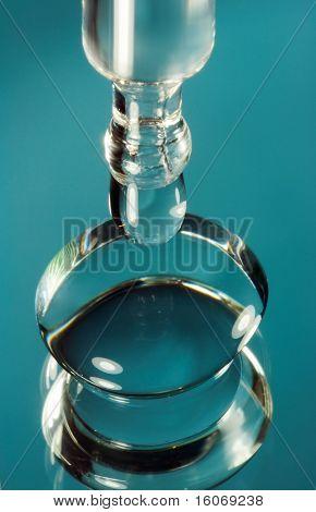 Foto de Macrofotografía extrema de un lente de contacto y un gotero caer líquido limpiador en la lente