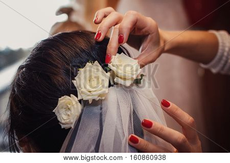 white roses in bride's hair, hair style for a wedding