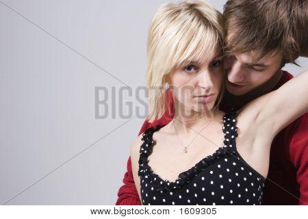 Casal abraçando apaixonadamente