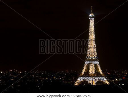 PARIS - FEBRUARY 28: The Eiffel tower at night February 28, 2009 in Paris, France.