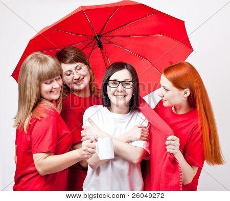 Meninas sob o guarda-chuva sobre fundo cinza