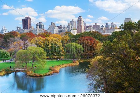 New York City Manhattan Central Park Panorama im Herbst See mit Wolkenkratzern und bunt Bäume wit