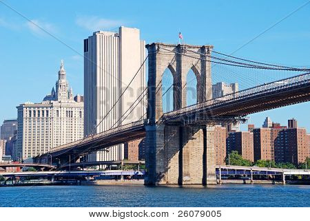 New York City Manhattan Skyline mit Brooklyn Bridge und Wolkenkratzer über Hudson River in die mornin