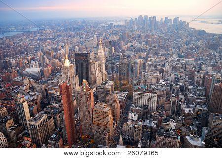 New York City Manhattan Skyline Luftbild mit Straße und Wolkenkratzer bei Sonnenuntergang.