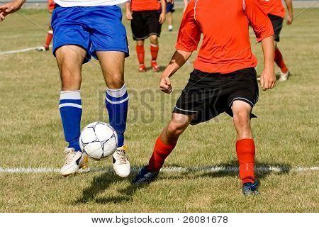 Zwei Fußball-Spieler kämpfen für den Ball.