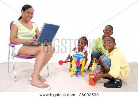 Mutter und Kinder genießen Sie einen Tag in den Sand.