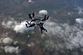 Vier Skydivers Form A Formation