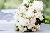 Постер, плакат: Свадебный букет из розовых и белых роз
