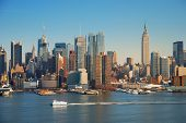 New York City skyline panorama over Hudson rivier met Empire State Building, boot en wolkenkrabber.