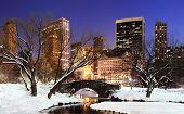 Постер, плакат: Панорама города Нью Йорка Манхэттена Центральный парк в зимний снег мост замораживание озеро и skyscra